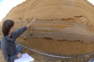 Relevé d'une coupe stratigraphique à Tourville-la-Rivière (Seine-Maritime), 2010.  Cette succession de dépôts sédimentaires est particulièrement intéressante car elle constitue un extraordinaire enregistrement des variations climatiques et environnemental