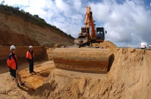 Décapage à la pelle mécanique sur le site paléolithique de Tourville-la-Rivière (Seine-Maritime), 2010.  La superficie fouillée est d'environ un hectare.