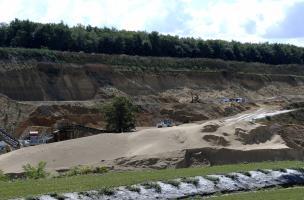 implanté dans une carrière de sables et de graviers, le site offre une imposante séquence de plus de 30 m de haut reposant sur la basse terrasse de la Seine, à 14 km au sud de Rouen.