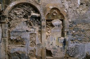 Dégagement d'une porte médiévale du XIVe s. condamnée par des réaménagements postérieurs, îlot de la visitation (Metz, Lorraine), 1992.