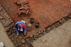 Fouille d'un sol en terre cuite disposé en épis (opus spicatum) sur le chantier de la villa gallo-romaine des Alleux à proximité de Dinan (Côtes-d'Armor) en 2005-2006.
