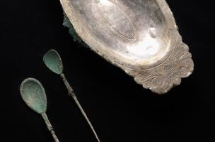 Plat oval à marli horizontal et décor gravé (feuille d'argent sur âmeen alliage cuivreux)et deux cuillères en argent, dépôt d'argenterie gallo-romain mis au jour à Reims (Marne) en 2009.  Ce serviceen argentillustre les nouvelles manières de table en