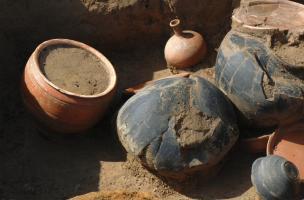 Détail du mobilier funéraire mis au jour dans une importante sépulture à incinération du dernier quart du Ier s. avant notre ère à Oisy-le-Verger (Pas-de-Calais) en 2010.  La sépulture contenait notamment une vingtaine de vases en terre cuite, de la vaiss