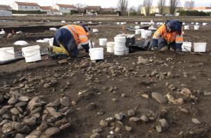 Fouille extensive d'un niveau de sol Chasséen (IVe millénaire avant notre ère) sur le site des Queyriaux (Puy-de-Dôme), 2011.  Les niveaux néolithiques étaient exceptionnellement bien conservés et ont livré une forte densité de structures (fosses, foyers,
