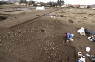 Vue générale de l'emprise des fouilles du niveau Chasséen (IVe millénaire avant notre ère)sur le site des Queyriaux (Puy-de-Dôme), 2011.  Les niveaux néolithiques étaient exceptionnellement bien conservés et ont livré une forte densité de structures