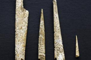Éléments de l'industrie osseuse chasséenne (fragments de poinçons etaiguilles) provenant du site desQueyriaux (Puy-de-Dôme), 2011.