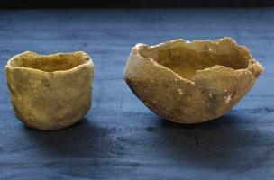 Céramiques pré-chasséennes (à gauche un micro-vase et à droite un vase caréné) découvertessur le site de Queyriaux (Puy-de-Dôme), 2011.