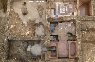 Vue générale du secteur balnéaire de la villa de Damblain (Vosges), IIe-IIIe s. de notre ère, 2008. A gauche au premier plan, le praefurnium, et au second plan le vestiaire. A droite, de bas en haut, la succession de la salle chaude, la salle tiède et l