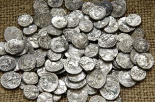 Pièces gauloises en argent du dépôt monétaire de Bassing (Moselle), découvert sur le tracé de la LGV Est Lorraine-Alsace en 2010.Le dépôt a été dispersé sur le site depuis le Moyen Âge par les labours successifs. Il a été collecté progressivement par les