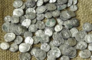 Monnaies gauloises en argent découvertes à Bassing (Moselle), 2010.1111 pièces d'argent ont été mises au jour soit l'équivalent de 2 kg de ce métal.