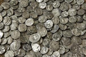 Monnaies gauloises en argent découvertes à Bassing (Moselle) en 2010.Ces deniers gaulois équivalent à un demi-denier, ou quinaire, de la République romaine.