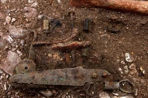 """Mobilier en bronze mis au jour dans une sépulture de la nécropole """"du Petit Moulin"""" (Yonne) datée du Bronze moyen/Bronze final et fouillée en 2004.  Une partie de ce mobilier est ici identifiable avecau premier plan une lame de poignard et à l'arrière pl"""