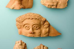 Fragments de vases à bustes montrant des divinités, IIIe s. de notre ère, Famars (Nord), 2008.  Au centre Mercure et son visage tricéphale. Pour ce type de vase, le nombre de bustes est basé sur le principe des jours de la semaine, un concept surtout conn