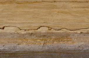 Vue d'une coupe stratigraphique réalisée dans des niveaux de limon à Tourville-la-Rivière (Seine-Maritime), 2010.    Photo publiée dans l'ouvrageLa France racontée par les archéologues, par C. Marcigny et D. Bétard, coédition Gallimard - Inrap.