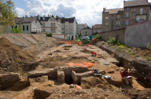 Vue générale du chantier avec au premier plan les vestiges d'une maison médiévale, Metz (Moselle), 2012.  Les fouilles menées rue Mazarin ont livré les vestiges inattendus d'un faubourg médiéval dont la destruction serait liée au siège de Metz par les tro