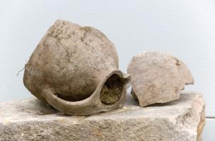 Cruche à une anse découverte dans le remplissage d'une latrine d'une maison médiévale, Metz (Moselle), 2012.  Les fouilles menées rue Mazarin ont délivré les vestiges inattendus d'un faubourg médiéval dont la destruction serait liée au siège de Metz par l