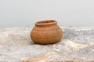 Petite céramique mérovingienne (VIe s.-VIIe s.) découverte dans une tombe, Metz (Moselle), 2012.  La diversité des modes d'inhumation et du mobilier funéraire atteste une utilisation du cimetière durant plusieurs siècles au Moyen Âge.