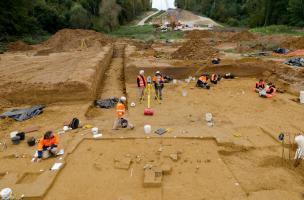 Fouille de la zone du foyer (au premier plan) du Paléolithique supérieur et relevé topographique (au centre), Auneau (Eure-et-Loir), 2011.