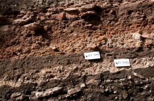 Détail des couches stratigraphiques constituées des déchets de grès de taille, XIIe-XVe s., cathédrale de Strasbourg (Bas-Rhin), 2012.  Chaque couche est numérotée et fait l'objet d'une description minutieuse.