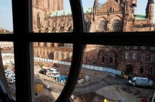 Vue des travaux sur la place du Château à Strasbourg (Bas-Rhin) devant la cathédrale en août 2012.