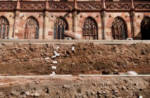 Détail des couches stratigraphiques constituées entre autres des déchets de taille du chantier de construction de la cathédrale de Strasbourg (Bas-Rhin), 2012.  Étalés par les tailleurs de pierre devant leurs loges, ces éclats de grès se sont accumulés en