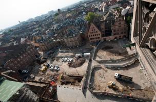 Vue panoramique des bâtiments entourant la place du Château à Strasbourg (Bas-Rhin), 2012.  Le cliché est pris depuis la cathédrale, vers le sud. Au premier plan l'opération archéologique ; à l'arrière plan sur la gauche l'avancée d'un suivi de réseau.