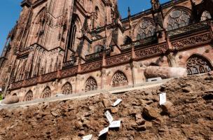 Fouille aux abords de la cathédrale de Strasbourg (Bas-Rhin), 2012.  À l'arrière plan la cathédrale ; au premier plan, les niveaux archéologiques du chantier de construction de cette dernière, édifiée entre le XIIe et le XVe s. On retrouve dans ces niveau