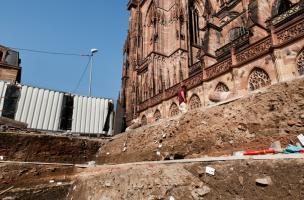 Fouille aux abords de la cathédrale de Strasbourg (Bas-Rhin), 2012.  L'opération a révélé les vestiges d'une riche demeure gallo-romaine, des niveaux de circulation des constructeurs de la cathédrale datés entre le XIIe et le XVe s., ainsi qu'un bâtiment
