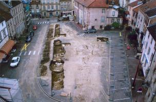 Vue générale de la Place de la République et des sondages archéologiques à Luxeuil-les-Bains (Haute-Saône), 2004.  Une partie d'une église du haut Moyen Âge a été dégagée, ainsi que de nombreux sarcophages datés entre les VIe et VIIIe s.