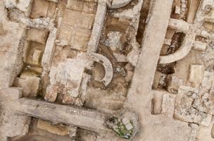 Séchoir à grains en T installé dans les thermes de la villa de la Guyomerais (Ille-et-Vilaine), IVe s. de notre ère, 2012.  La villa est détruite à la fin du IIIe s. mais le site reste occupé et exploité au IVe s. comme en témoigne ce grand séchoir.