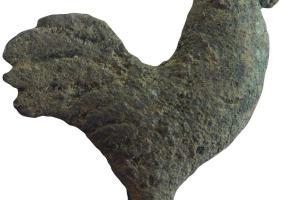 Coq en alliage cuivreux mis au jour à proximité d'un temple, couvent des Jacobins, Rennes (Ille-et-Vilaine), 2012.  Le coq est un des emblèmes de Mercure, dieu du commerce, des voyageurs et des carrefours.
