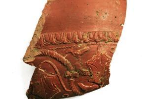 Fragment de bol en céramique sigillée, IIe s. de notre ère, couvent des Jacobins, Rennes (Ille-et-Vilaine), 2012.