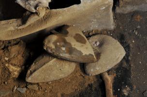 Trois urnes en plomb en forme de cœur accolées à un sarcophage, couvent des Jacobins, Rennes (Ille-et-Vilaine), 2012.