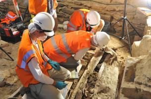 Fouille d'une sépulture dans un sarcophage de plomb, couvent des Jacobins, Rennes (Ille-et-Vilaine), 2012.  Le couvent a constitué un lieu sépulcral privilégié du XVe au XVIIIe s. et renferme plusieurs centaines d'inhumations.