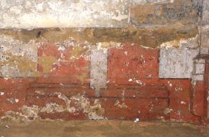 Restes peints de deux pilastres accolés à la base des murs de la galerie du cloître du couvent des Jacobins à Rennes (Ille-et-Vilaine), 2012.