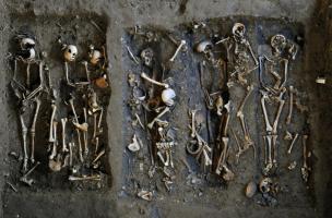 Groupe de sépultures à inhumation dans la galerie des enfeus du couvent des Jacobins, XVe-XVIIe s., Rennes (Ille-et-Vilaine), 2012.