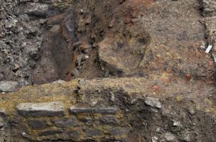 Vestiges de constructions gallo-romaines, couvent des Jacobins, Rennes (Ille-et-Vilaine), 2012.  Le sol en partie rubéfié suggère une occupation artisanale.