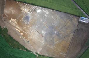 Vue aérienne de lavilla antique découverte à Labergement-Foigney (Côte-d'Or), 2012.Sur deux hectares, elle se compose d'un bâtiment résidentiel (pars urbana) et d'un édifice à vocation agricole ou artisanale (pars rustica) datés des Ier et IIe siècles de