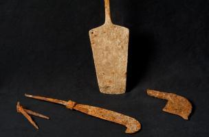 pelle à feu, compas et serpes, découverts à Labergement-Foigney (Côte-d'Or), sur le tracé de la LGV Rhin-Rhône, 2012.Cet outillage fait partie d'un riche mobilier appartenant à une importante villa gallo-romaine qui se compose d'un bâti