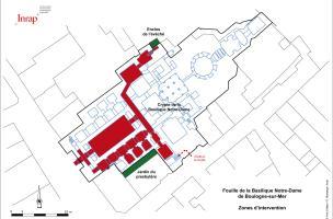 Plan des différentes zones d'intervention de la fouille dans la crypte de la basilique Notre-Dame de Boulogne-sur-Mer (Pas-de-Calais), 2012.  Dans la crypte (en rouge) et en extérieur, sur l'enclos de l'évêché, la fouille a permis d'appréhender un vaste s