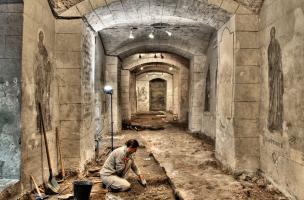 Mise au jour des fondations d'un grand bâtiment public du Bas-Empire, larges de près de 2 m, et de son trottoir extérieur dans le collatéral sud de la crypte de la basilique Notre-Dame de Boulogne-sur-Mer (Pas-de-Calais), 2012.