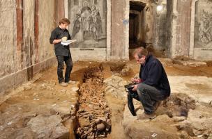 Un des quatre ossuaires du XIXe s. recoupant les fondations antiques du camp militaire romain de la classis britannica, dans la nef de la crypte de la basilique Notre-Dame de Boulogne-sur-Mer (Pas-de-Calais), 2012.