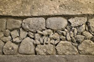 Vue de détail des fondations antiques d'une caserne de soldats de la classis britannica, IIe s. de notre ère dans la salle du transept nord de la crypte de la basilique Notre-Dame de Boulogne-sur-Mer (Pas-de-Calais), 2012.