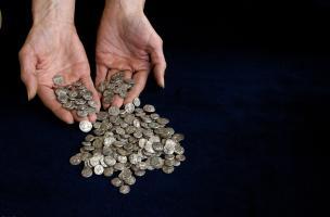 Une partie du dépôt monétaire de Bassing (Moselle) découvert en 2010.Ces imitations gauloises de quinaires romains pourraient correspondre aux fonds d'un chef médiomatriquedestinésà régler la solde de sa troupe.