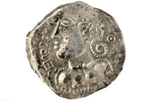 Monnaie en argent imitant l'iconographie monétaire romaine mais qui représente un profil de guerrier celte avec ses nattes et son torque, Iers. avant notre ère, Bassing (Moselle), 2010.