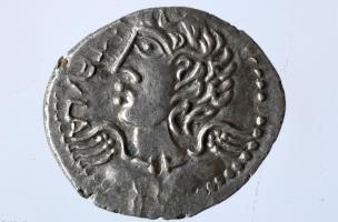 Monnaie gauloise en argent à l'effigie d'Apollon, Iers. avant notre ère, Bassing (Moselle), 2010.La divinité est ici représentée à la mode celte avec un torque autour du cou.