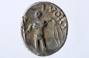 """Monnaie gauloise en argent représentant un guerrier, émise sous le règne d'un chef éduen dénommé """"Lucios"""", Iers. avant notre ère, Bassing (Moselle), 2010."""