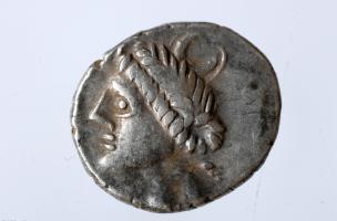 Monnaie gauloise en argent figurant la Diane romaine, Iers. avant notre ère, Bassing (Moselle), 2010.La déesse est identifiable grâce à la lune visible sur sa tête.