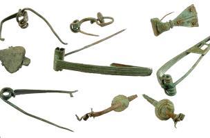 Ensemble de fibules du Iers. avant notre ère découvertes à Bassing (Moselle) en 2010.Au total, 123 fibules ont été mises au jour sur le site. Certaines ont été produites sur place.