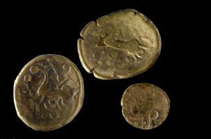 Trois statères en or du peuple des Médiomatriques, Iers. avant notre ère, Bassing (Moselle), 2010.Il est extrêmement rare de retrouver ce type de pièces. Le dépôt de Bassing a été enfoui entre les années 40 et 20 avant notre ère. La majorité des pièces o
